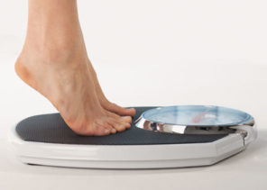 woman tiptoed on weighing scale