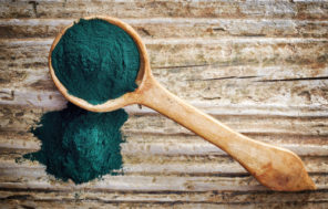 wooden ladle with powdered spirulina