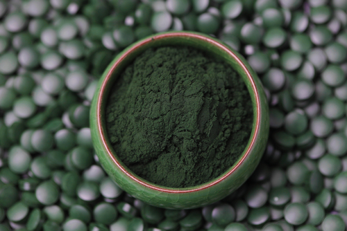 spirulina powder on top of spirulina tablets