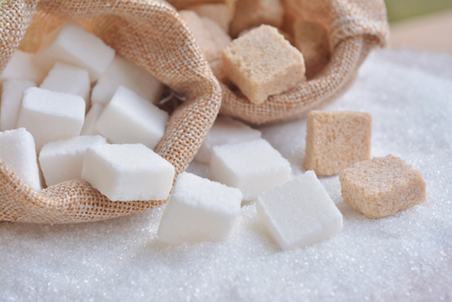 white and brown sugar cubes